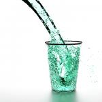 浄水器からの水